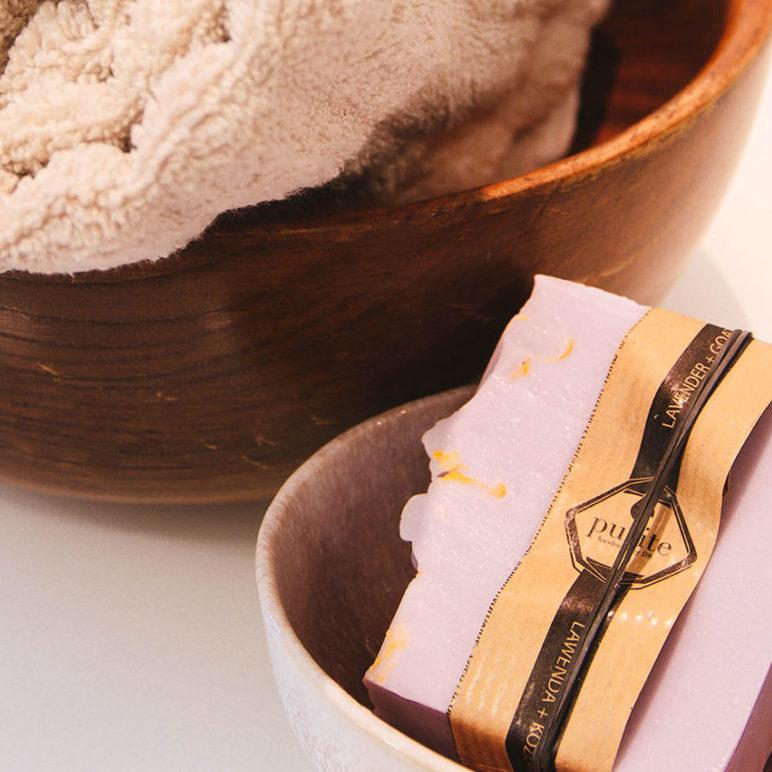 Schalen mit Seife und Tuch