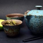 Teezeremonie mit Kräuter und Stäbchen