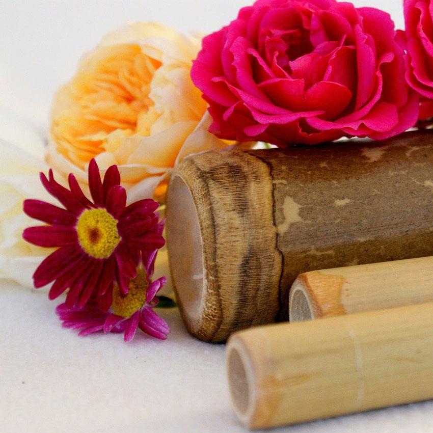 Holzstäbe und Blumen