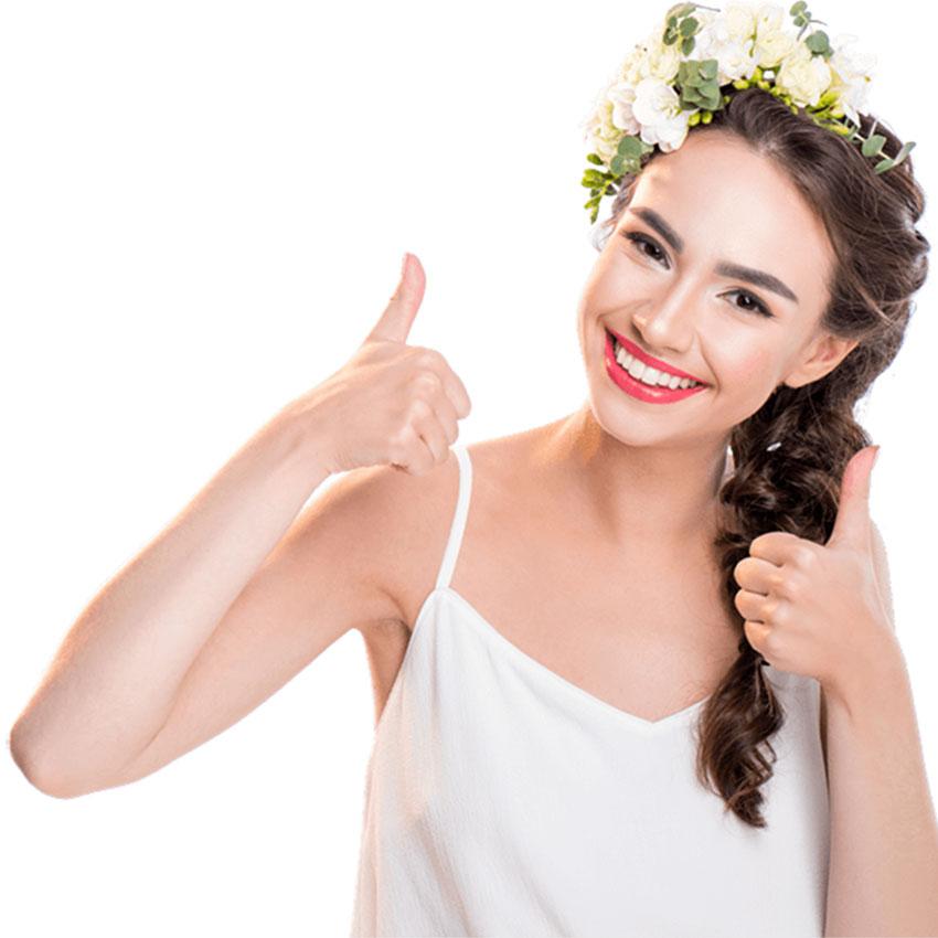 Lachende Frau mit Daumen hoch